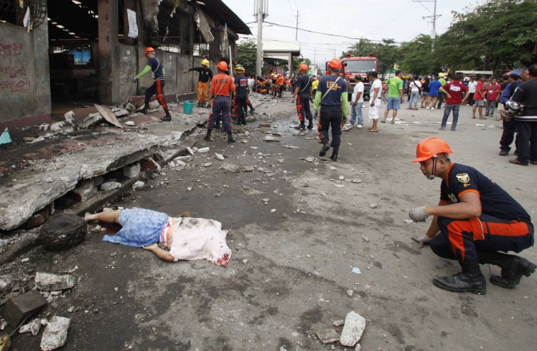The body of a vendor lies on the ground outside a fish market after an earthquake struck Cebu city, in central Philippines. (Charlie Saceda / Reuters)