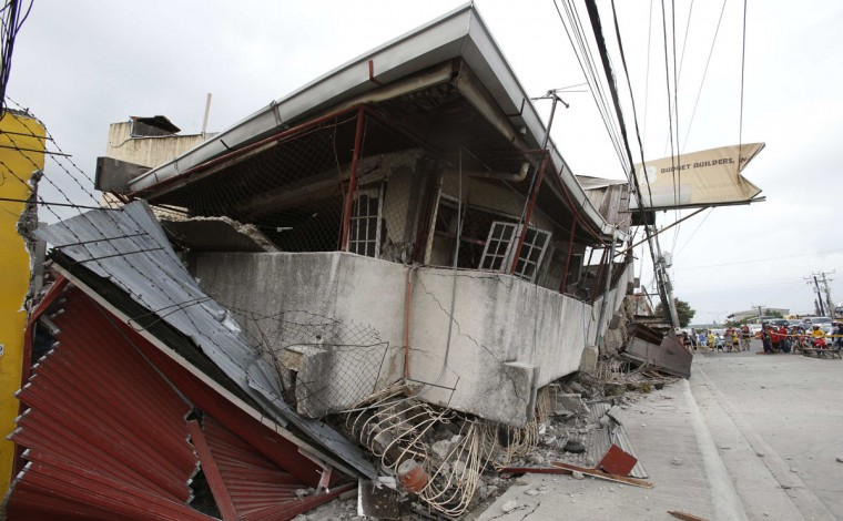 A view of a collapsed building after an earthquake struck Cebu city, in central Philippines. (Erik De Castro / Reuters)