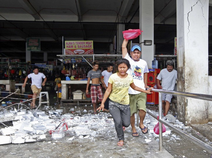 Vendors and shoppers run to safety after an earthquake hit Mandaue town in Cebu City, central Philippines. (Reuters photo)