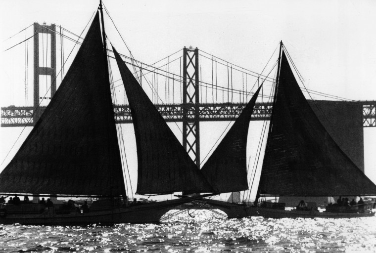 Skipjacks cross in the Chesapeake Bay near the Bay Bridge in May 1976. (Walter M. McCardell/Baltimore Sun)
