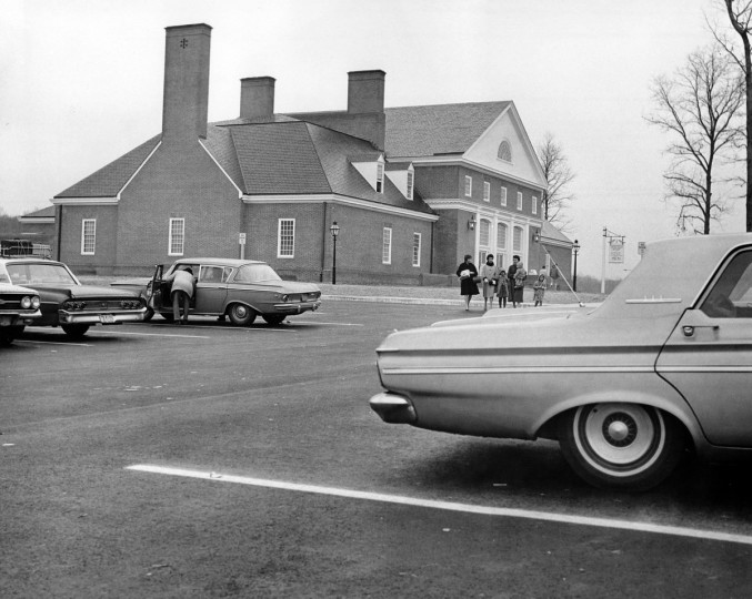 Travelers stop at the Maryland House along the newly opened section of the Northeastern Expressway in 1963. (William Mortimer/Baltimore Sun)