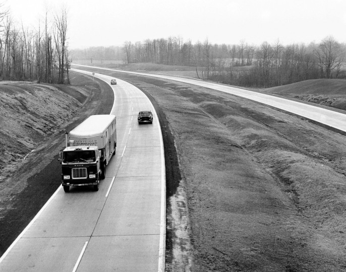 Motorists travel on the newly opened section of the Northeastern Expressway in 1963. (William Mortimer/Baltimore Sun)