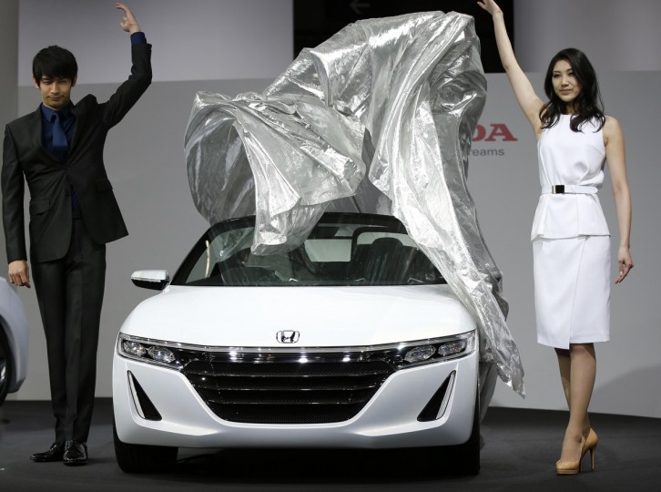 Models unveil Honda Motor Co's S660 concept car during a presentation at the 43rd Tokyo Motor Show in Tokyo November 20, 2013. (Toru Hanai/Reuters)