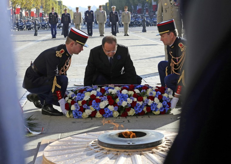 France's President Francois Hollande lays a wreath during a ceremony to commemorate the end of the World War One at the Arc de Triomphe in Paris, November 11, 2013. (Remy de la Mauviniere/Reuters)