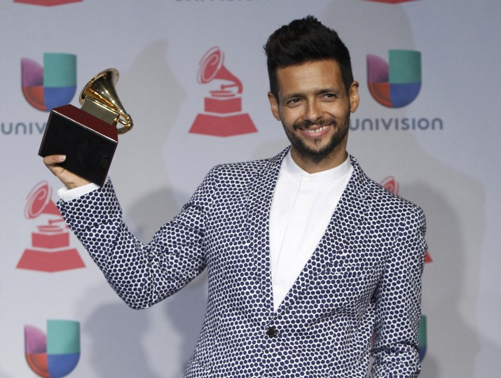 """Draco Rosa poses backstage with his award for album for the year for """"Vida"""" during the 14th Latin Grammy Awards in Las Vegas. (REUTERS/Steve Marcus)"""