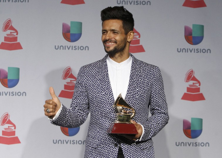 "Draco Rosa poses backstage with his award for album for the year for ""Vida"" during the 14th Latin Grammy Awards in Las Vegas. (REUTERS/Steve Marcus)"