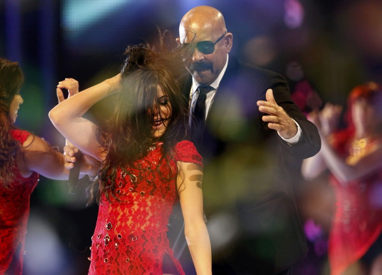 "Oscar De Leon of the Salsa Giants perfoms ""Para Celebrar"" with a dancer during the 14th Latin Grammy Awards in Las Vegas. (REUTERS/Mario Anzuoni)"