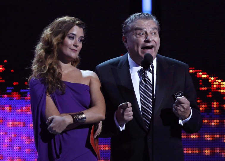 """Cote De Pablo and Don Francsico announce Marc Anthony as the winner for record of the year for """"Vivir Mi Vida"""" during the 14th Latin Grammy Awards in Las Vegas. (REUTERS/Mario Anzuoni)"""