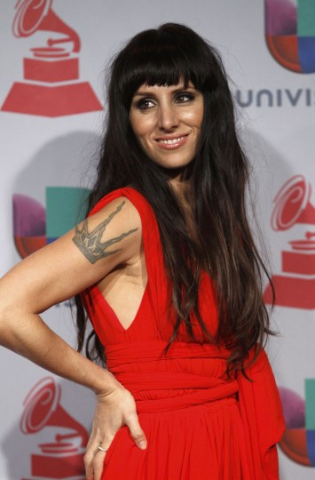 """Mala Rodriguez poses backstage with her Best Urban Music Album award for """"Bruja"""" during the 14th Latin Grammy Awards in Las Vegas. (REUTERS/Steve Marcus)"""