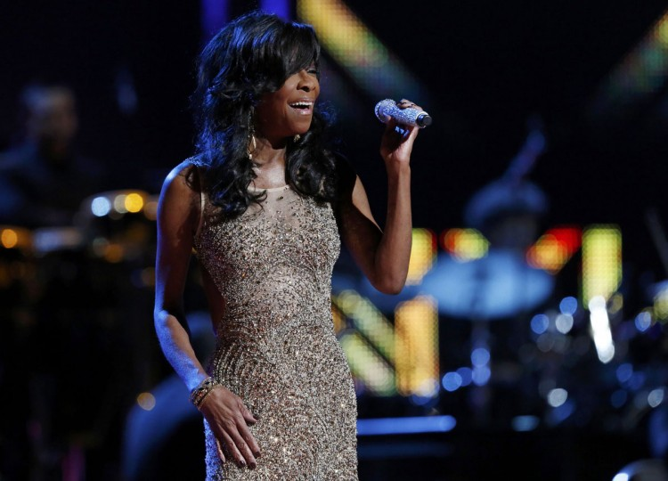 """Natalie Cole performs """"Acercate Mas"""" during the 14th Latin Grammy Awards in Las Vegas. (REUTERS/Mario Anzuoni)"""