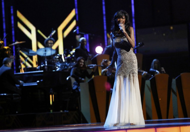 "Natalie Cole performs ""Acercate Mas"" during the 14th Latin Grammy Awards in Las Vegas. (REUTERS/Mario Anzuoni)"