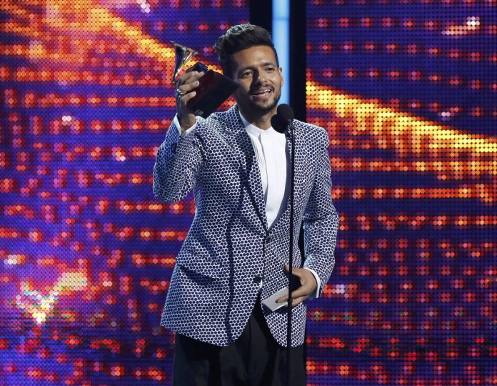 "Draco Rosa accepts the award for album for the year for ""Vida"" during the 14th Latin Grammy Awards in Las Vegas. (REUTERS/Mario Anzuoni)"