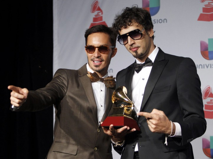 """Illya Kuraki and the Valderramas pose backstage with their Best Urban Song award for """"Ula Ula"""" during the 14th Latin Grammy Awards in Las Vegas. (REUTERS/Steve Marcus)"""