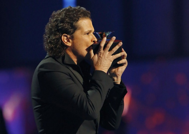 """Carlos Vives kisses his award for best tropical fusion album for """"Corazon Profundo"""" during the 14th Latin Grammy Awards in Las Vegas. (REUTERS/Mario Anzuoni)"""