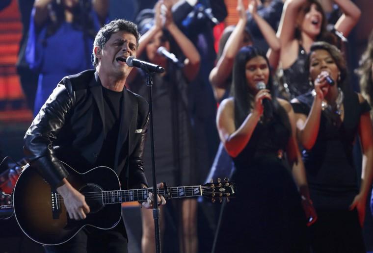 Alejandro Sanz performs La Musica No Se Toca during the 14th Latin Grammy Awards in Las Vegas. (REUTERS/Mario Anzuoni)