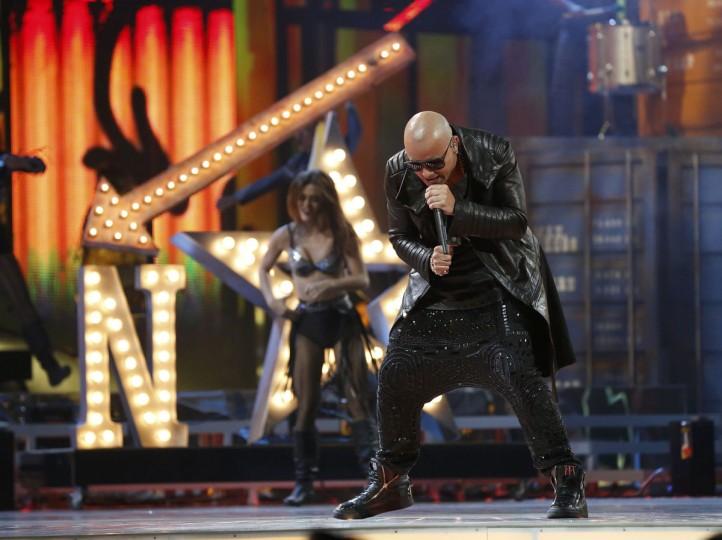 "Wisen performs ""Que Viva La Vida"" during the 14th Latin Grammy Awards in Las Vegas. (REUTERS/Mario Anzuoni)"