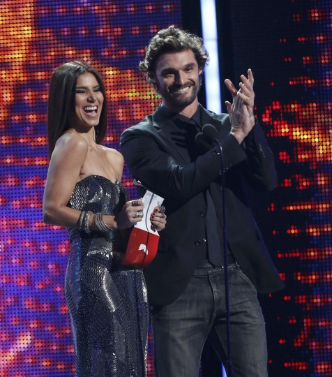 Rosalyn Sanchez and Ivan Sanchez present the award for top vocal album during the 14th Latin Grammy Awards in Las Vegas. (REUTERS/Mario Anzuoni)
