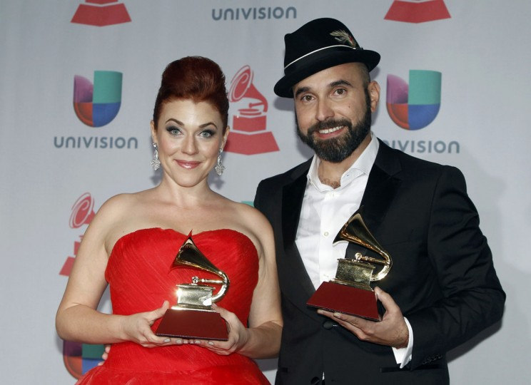 """Lucky Diaz and Alisha Gaddis of Lucky Diaz and the Family Jam Band pose with their award for best Latin Children's album for """"Fantastico!"""" during the 14th Latin Grammy Awards in Las Vegas. (REUTERS/Steve Marcus)"""