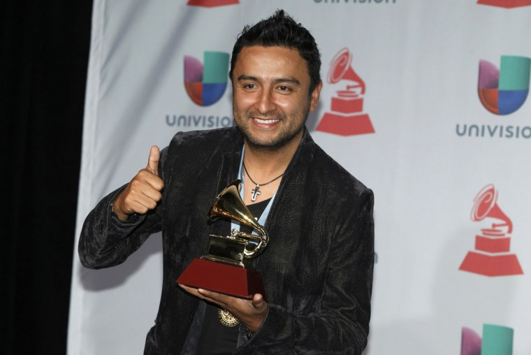 """Alex Campos poses with his award for Best Spanish language Christian album for """"Regreso A Ti,"""" backstage during the 14th Latin Grammy Awards in Las Vegas. (REUTERS/Steve Marcus)"""