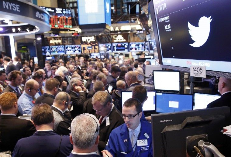 Traders crowd the floor of the New York Stock Exchange ahead of theTwitter Inc. IPO in New York November 7, 2013. (Lucas Jackson/REUTERS