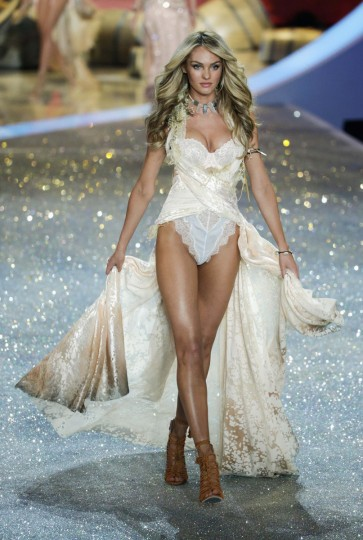 Model Candice Swanepoel presents a creation during the annual Victoria's Secret Fashion Show in New York, November 13, 2013. (Lucas Jackson/Reuters)