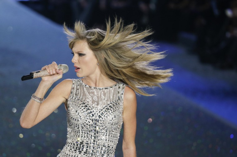 Singer Taylor Swift performs during the annual Victoria's Secret Fashion Show in New York, November 13, 2013. (Lucas Jackson/Reuters)