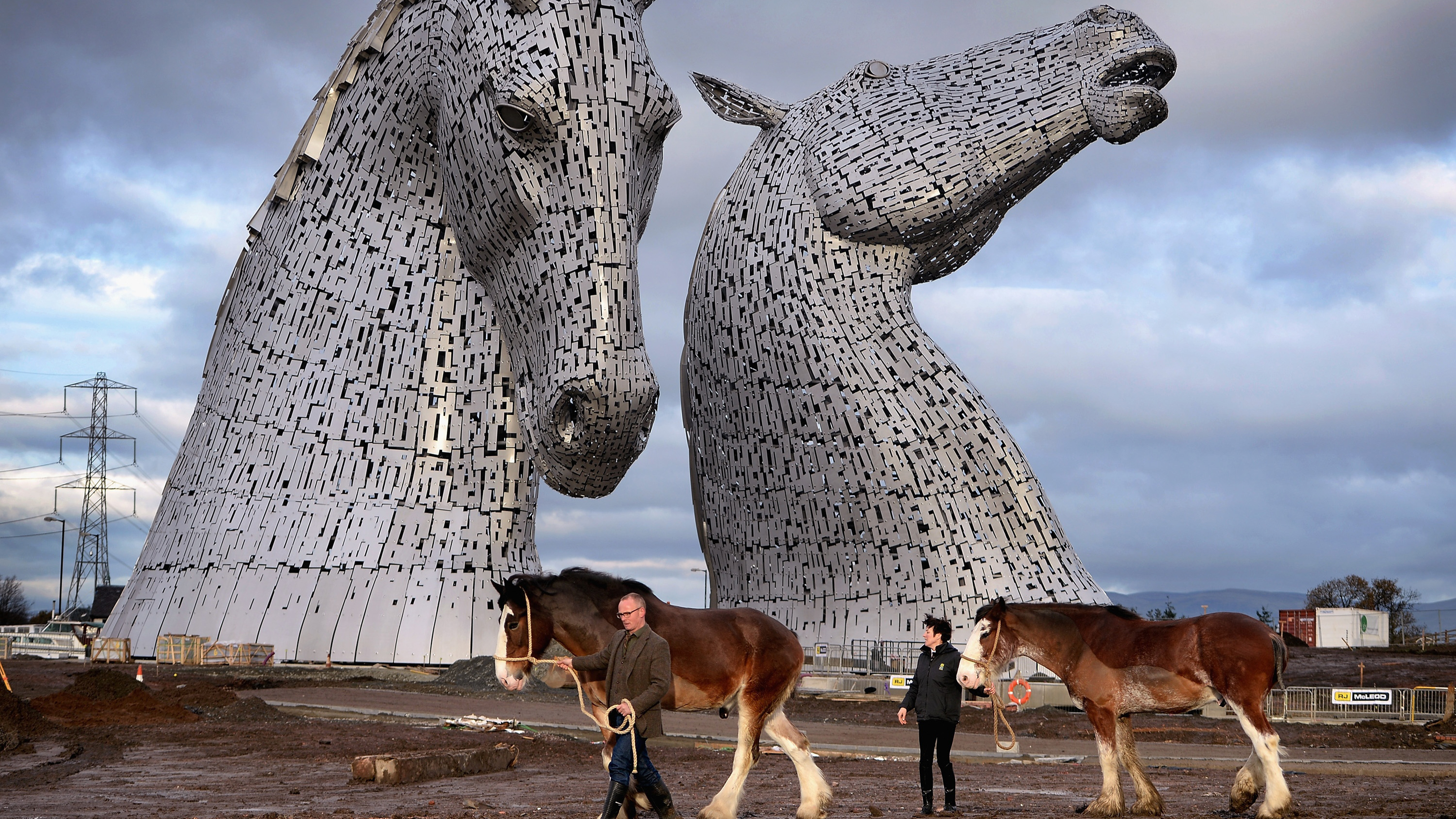 The Kelpies: World's largest horse head sculptures unveiled