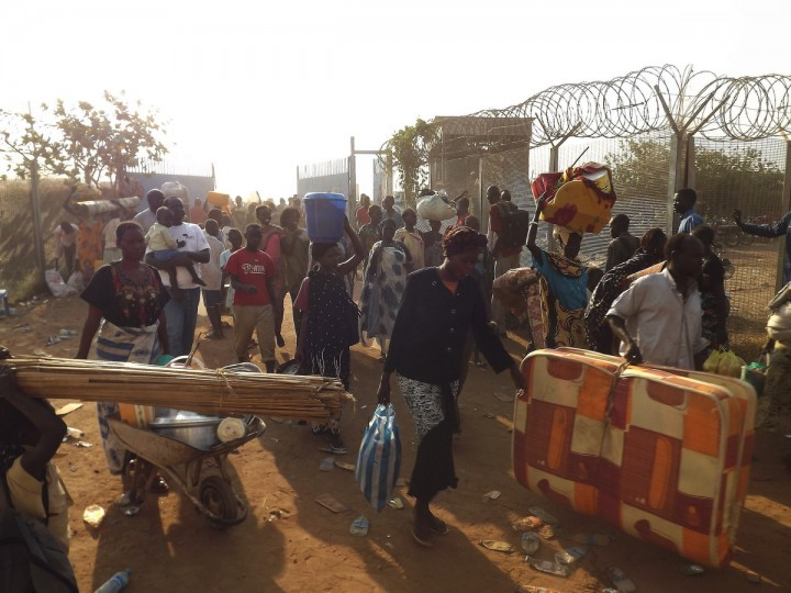 People arrive to seek refuge in the UNMISS compound in Juba. The mission is stepping up provision of basic health facilities.South Sudan's fugitive former vice president denied on December 18 accusations he led a coup bid against his archrival President Salva Kiir after days of fierce fighting that has killed hundreds of people and sent thousands fleeing to UN bases. (Getty Images)