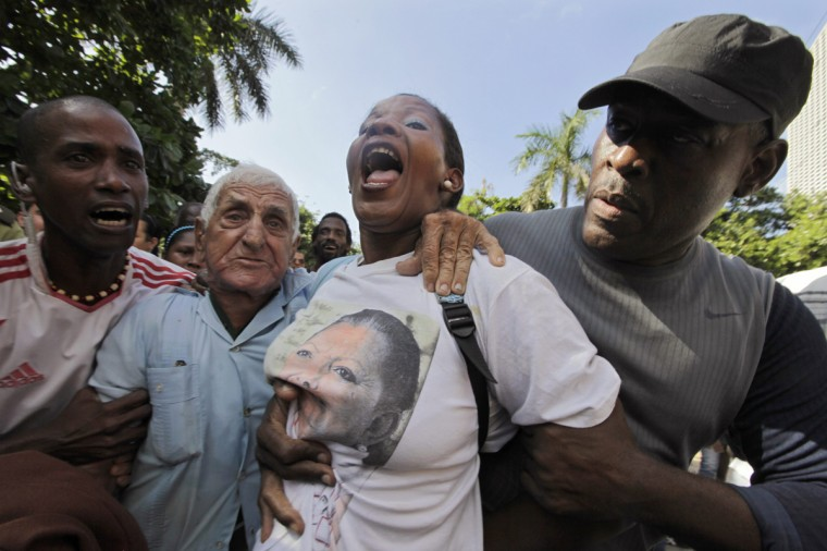 Cuban security personnel remove protesters during a demonstration on International Human Rights Day, in Havana December 10, 2013. (Enrique de la Osa/Reuters)