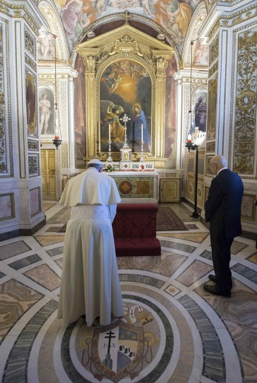 Pope Francis (L) prays as he visits a chapel at the Quirinale Palace during a meeting with Italy's President Giorgio Napolitano (R) in Rome November 14, 2013 picture provided by the Italian Presidency Press Office. (Paolo Giandotti-Italian Presidency Press Office/Handout via Reuters)