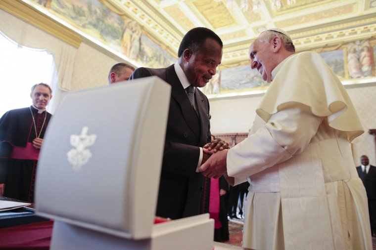Pope Francis (R) shakes hands with Congo Republic President Denis Sassou-Nguesso as they exchange gifts during a private audience at the Vatican December 9, 2013. (Tony Gentile/REUTERS)