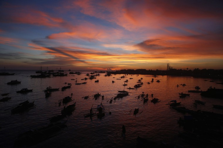 A flotilla of bancas (locally made boats) carrying evacuees displaced from their homes due to fighting between government soldiers and Muslim rebels from the Moro National Liberation Front (MNLF), is seen during sunset at a wharf in Zamboanga city, southern Philippines September 14, 2013. Fighting intensified in the southern Philippines between government troops and rogue Muslim separatists, shattering a ceasefire almost immediately as it was to go into effect and leaving many residents running low on supplies. Dozens have been wounded and more than 62,000 people displaced, with hundreds of homes razed and a hospital still in flames. (Erik De Castro/Reuters)
