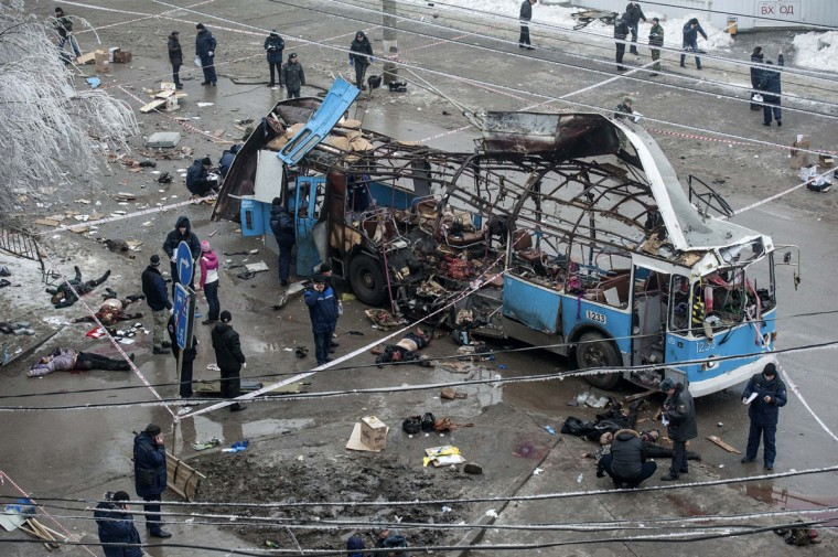 Investigators work at the site of a blast on a trolley bus in Volgograd on December 30, 2013. A bomb blast ripped a trolleybus apart in Volgograd on Monday, killing 14 people in the second deadly attack in the southern city in two days. (Reuters photo)