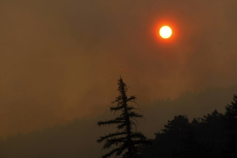 Thick smoke is seen during wildfires in Big Sur, California, December 16, 2013. According to local media, a wildfire in Monterey County grew to more than 500 acres on Monday and some 300 firefighters were deployed to battle the blaze in the Big Sur area. (REUTERS/Michael Fiala)
