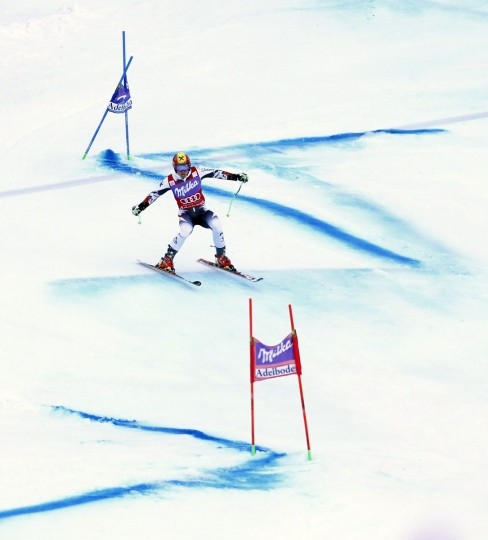 Marcel Hirscher of Austria clears a gate during the second run of the men's World Cup Giant Slalom ski race in Adelboden January 11, 2014. (REUTERS/Ruben Sprich)