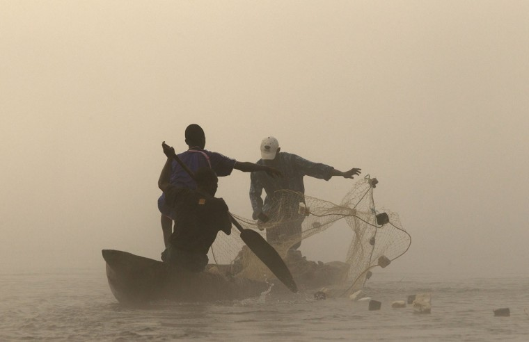 Fishermen cast their nets in the river Oubangui in the capital of the Central African Republic Bangui January 16, 2014. (REUTERS/Siegfried Modola)