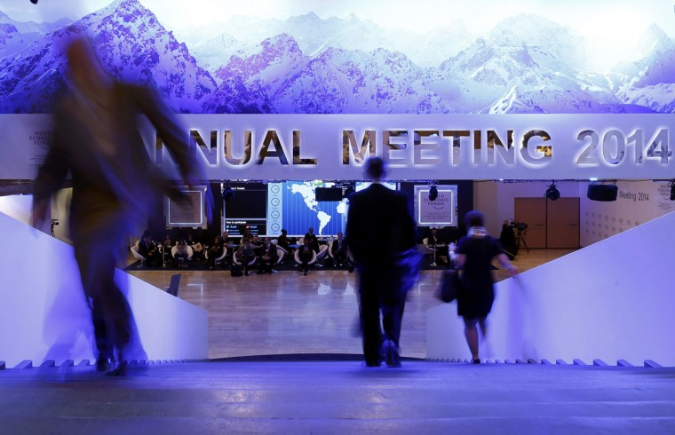 Participants take a break between sessions at the annual meeting of the World Economic Forum (WEF) in Davos January 23, 2014. (REUTERS/Ruben Sprich)