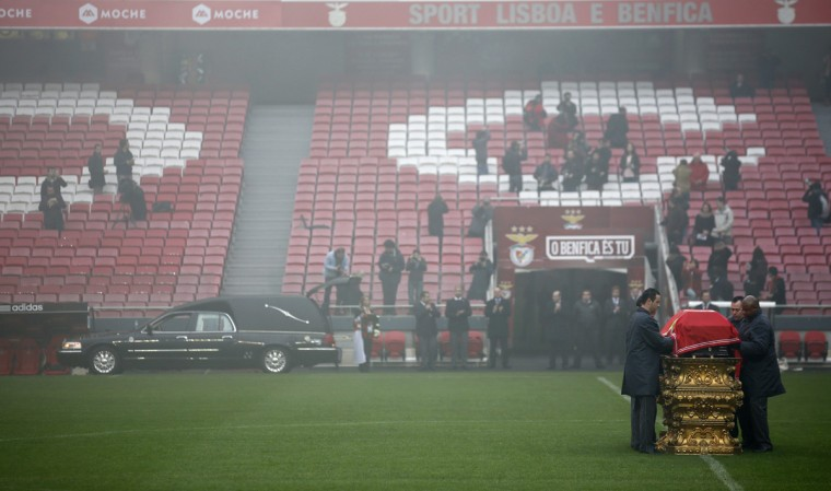 """Eusebio's coffin arrives at the Luz stadium in Lisbon January 6, 2014. Portuguese great Eusebio, top scorer at the 1966 World Cup, died on Sunday from a heart attack at the age of 71 with the small Iberian nation mourning him as an """"eternal symbol"""" of their football pride. The Portuguese government declared three days of national mourning and many fans paid homage by visiting an iconic statue of him erected next to Benfica's Luz stadium, leaving flowers, scarves and other tributes. On Monday, he was honored at Luz stadium before his burial. (Rafael Marchante/Reuters)"""