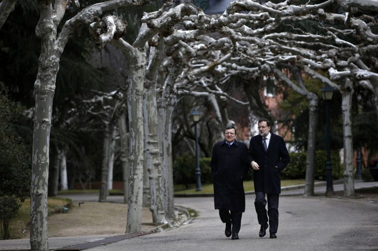 Spain's Prime Minister Mariano Rajoy (R) and European Commission's President Jose Manuel Durao Barroso walk together at Moncloa Palace in Madrid January 17, 2014. REUTERS/Susana Vera