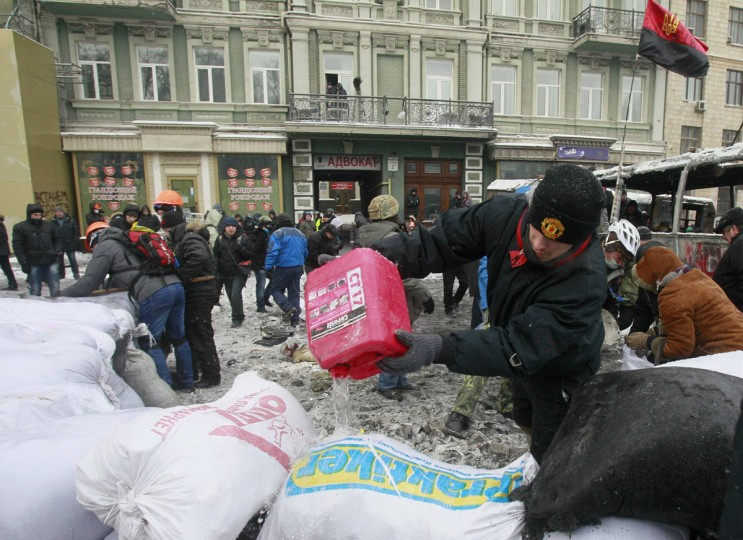 Pro-European protesters erect a barricade during a rally in Kiev January 22, 2014. Ukrainian President Viktor Yanukovich has agreed to meet the three main opposition leaders on Wednesday for talks on a crisis that has led to violent clashes between protesters and police, said one of the leaders, Arseny Yatsenyuk. (REUTERS/Gleb Garanich)