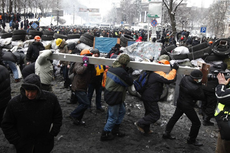 Pro-European protesters erect a barricade during a rally in Kiev January 22, 2014. Ukrainian President Viktor Yanukovich has agreed to meet the three main opposition leaders on Wednesday for talks on a crisis that has led to violent clashes between protesters and police, said one of the leaders, Arseny Yatsenyuk. (REUTERS/Vasily Fedosenko)