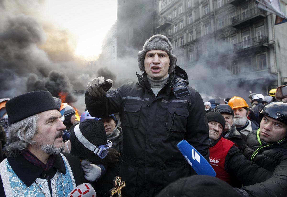 Ukrainian protesters form blockade after overnight violence