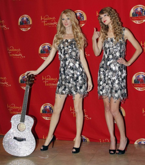Singer and songwriter Taylor Swift (R) gives a thumbs-up as she poses with her wax likeness during an unveiling of the statue at Madame Tussauds in New York, October 27, 2010. (Mike Segar/Reuters)