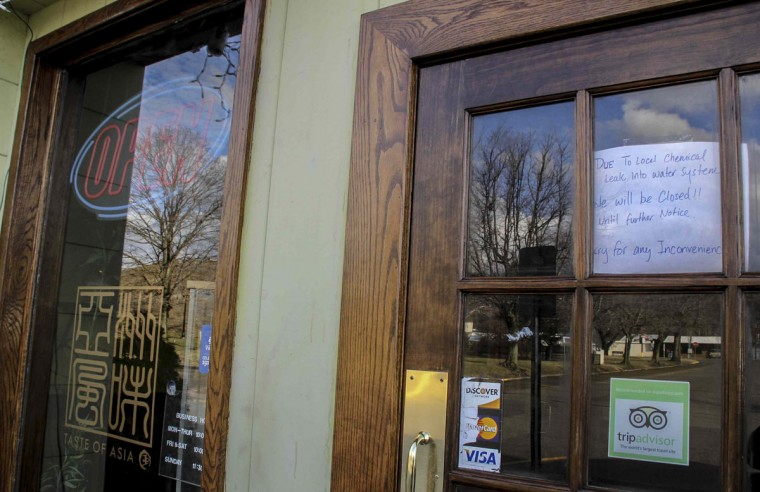 A sign on the door notifies customers that a restaurant is closed due to the water emergency in South Charleston, West Virginia January 11, 2014. Up to 300,000 West Virginia residents spent a second night unable to bathe, shower or drink tap water on Saturday after a chemical spill into the Elk River near the state capital of Charleston, although chemical levels were declining. (REUTERS/Lisa Hechesky)