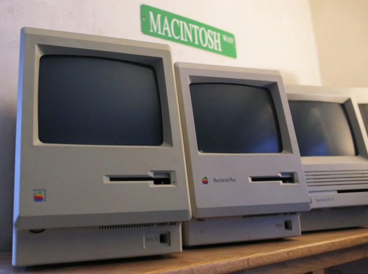 The first 128K Macintosh computer (left) sits alongside some of its predecessors at the Vintage Mac Museum in Malden, Mass. (REUTERS/Brian Snyder)