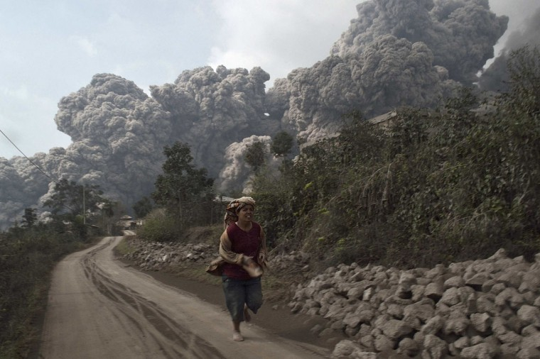 A villager runs as Mount Sinabung erupt at Sigarang-Garang village in Karo district, Indonesia's North Sumatra province, February 1, 2014. (Reuters Photo)