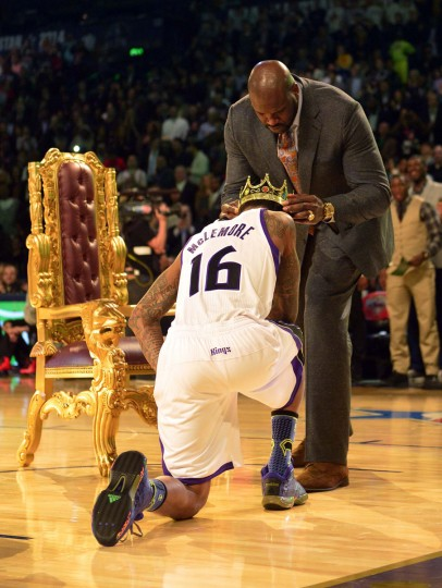 Shaquille O'Neal puts a crown on the head of Sacramento Kings forward Ben McLemore (16) after his dunk during the 2014 NBA All Star dunk contest at Smoothie King Center. (Ronald Martinez/USA Today Sports)