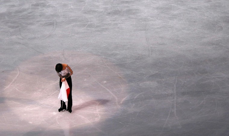 First-placed Japan's Yuzuru Hanyu bows after the flower ceremony for the figure skating men's free skating program at the Sochi 2014 Winter Olympics, February 14, 2014. REUTERS/David Gray