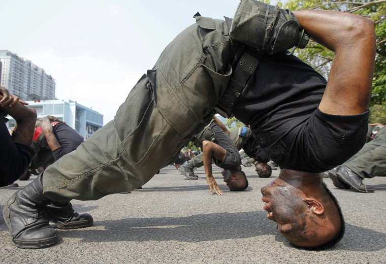 Thai police commandos take part in an anti-terrorism drill at the Crime Suppression Department headquarters in Bangkok February 26, 2014. 89 commandos took part in the four-month anti-terrorism exercise. (REUTERS/Chaiwat Subprasom)