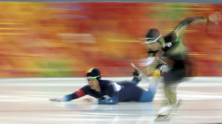 Daniel Greig of Australia (L) falls in race one against Yuya Oikawa of Japan (R) in their men's 500 meters speed skating event during the 2014 Sochi Winter Olympics, February 10, 2014. (REUTERS/Phil Noble)